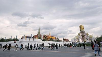 前往瞻仰泰王的民众络绎不绝。