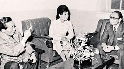 朴槿惠(中)视崔顺实父亲崔太敏(右)为导师。