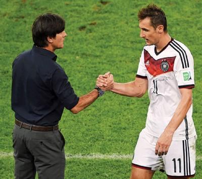 克洛斯(右)拿会见进入教练组与勒夫(左)共率领德国征战世界杯。