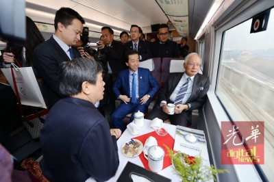 纳吉(盖者右1打)由于黄家定、阿兹哈哈鲁丁(立者右1打)、廖中莱当人口陪伴,乘坐高铁到天津开展半天访问。