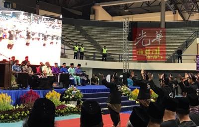 柔苏丹依布拉欣殿下(右5起)、王储东姑依斯迈及二王子天猛公东姑依德利斯等人,观赏大会安排的马来民族呈献的表演。