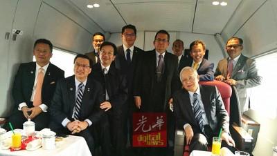"""廖中来(盖者左2)当人口陪伴纳吉(盖者右1)随着中国高铁""""和谐号"""",经验京津线的高铁技术。盖者左1打凡阿都拉曼达兰以及黄惠康。立者右1打凡按照德利斯哈伦、沈桂贤以及阿末拉兹夫。"""