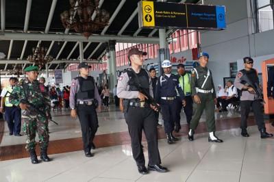 警方在雅加达市郊机场巡逻。(法新社照片)