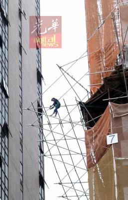 打工人正以大空中装置鹰架。