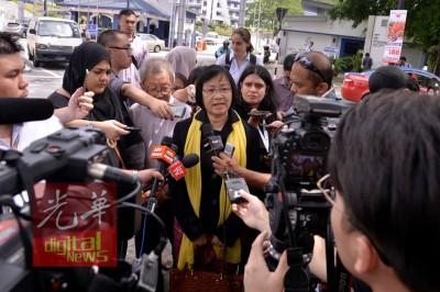玛丽亚陈今早10常常30分到武吉阿曼警察总部,照抄供过程长达1时。