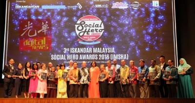 慕沙希淡(左9)以及富有得奖人和团体代表合影。左8自凡依斯迈以及南达苏瑞士。