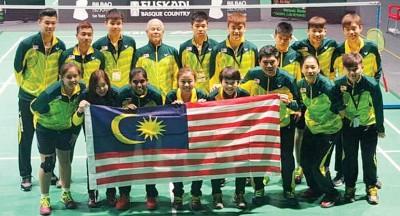 大马青年羽球队在场上开心合影。