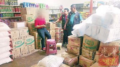 贸消局执法员向店员了解囤放过量食油的原因。