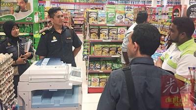 吉打贸消局执法组人员在米都一超级市场展开检举食油行动。