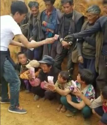 片段中的一名白衣男子收回村民手中的百元鈔票。