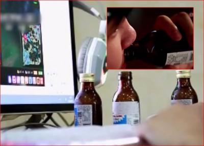 小强(稍图)为贪玩喝止咳水上瘾,现今使月花6000首先人民币购买止咳水。