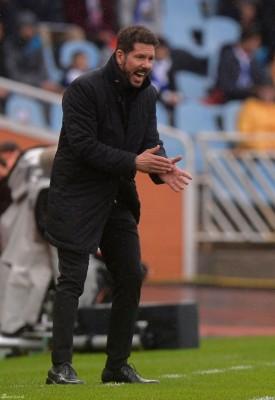 西蒙尼在场边鼓励球员。