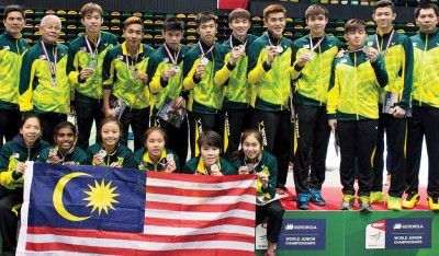 大马青年羽球队领取世青羽集团亚军后合影。