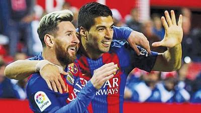 """梅西对塞维利亚的竞技扳平比分,队友苏亚雷斯于来""""5""""的手势庆祝梅西打进巴塞生涯500球!"""