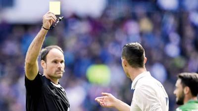 图示C罗在对阵莱加内斯之竞技时因抱怨裁判而接获黄牌。