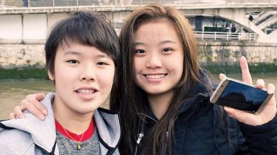 吴堇溦(左)与队友陈雪柔趁世青羽空档出外放松。
