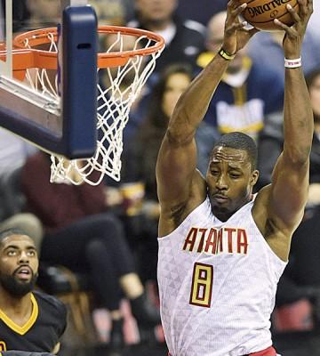 """""""魔兽""""霍华德(8号)成功抢下17个篮板,成为球队赢得胜利的最大功臣。"""