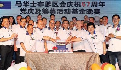 廖中莱(左6自打)以及魏家祥当同等多领袖陪同下开展切蛋糕礼仪。左2自打吗马汉顺、曾贵、姚长禄、蔡金星、冯德正在、蔡岳洲与陈元虎。