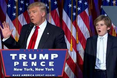 巴伦(右)伴随父亲特朗普(左)发言,倒是忍不住打呵欠。