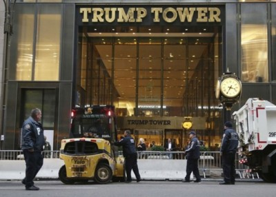 特朗普大楼正门有混凝土路障防止有人鼓动汽车炸弹袭击。