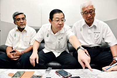 林冠英(中)促请邓章耀向槟人民道歉,左为行政议员阿都玛力及彭文宝。