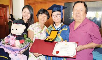 来自彭亨关丹的皇家教育金牌奖得主符芳缘(24岁)与父亲符传良、母亲王金美及姐姐符芳恩一起分享金牌喜悦。
