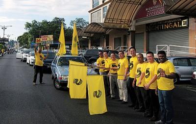 张聒翔(右4打)连同陆兆福、范平左为全选盟5.0于森州的末尾一天造势活动主办挥旗礼。