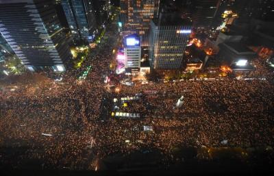 首尔夜晚万民空巷,要求朴槿惠下台。(法新社照片)