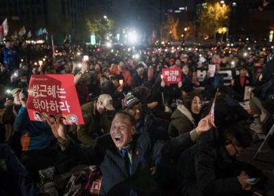 示威者高呼口号,表达不满的声音。