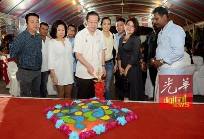 林冠英(蒙)当家周玉清(左2)的伴随下,也阿逸布大屠妖节庆典主持点灯仪式。