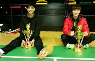 孙翔和陈雨菲到场边与男女单冠军奖杯合影。