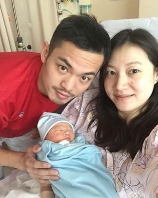 林丹、谢杏芳与新生儿子一家三口甜蜜的合影,在林丹被爆出轨后不禁让人觉得唏嘘。