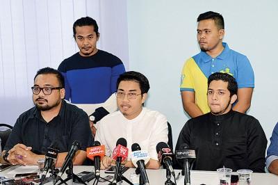 阿当罗斯里(因者中)周五开记者会,证明自己加入公正党前都获利。