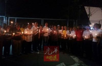 阴沉州行动党领袖和党员在小甘密警局外点蜡烛声援陆兆福。