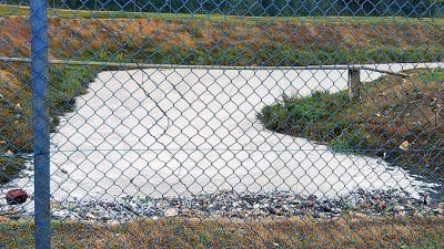 化学液体流入蓄水池,池内的水受到污染。