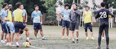 王金瑞(右3)每当训练时给予麾下子弟面授机宜。