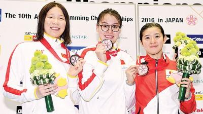 女仰泳50米优胜选手领奖时合影,遭逢也傅园慧。