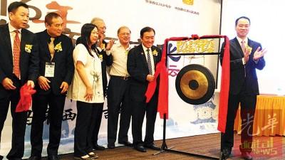 黄家泉(右2)也2016年晋江经济同知识国际论坛主持鸣啰仪式。左起为黄文福、黄东海、潘碧华、蔡锦淞、尤荣和陈建军。