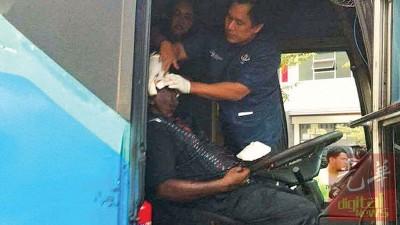 厂巴司机在武吉淡汶收费站出口前遭砍伤致心脏病发作,送院动手术。