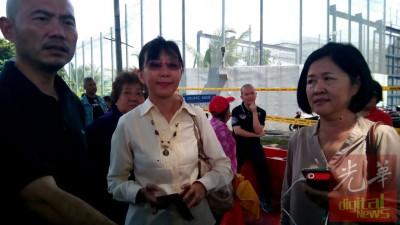 林立迎(左一)与郭素沁(中)及李存孝母亲到现场进行声援。