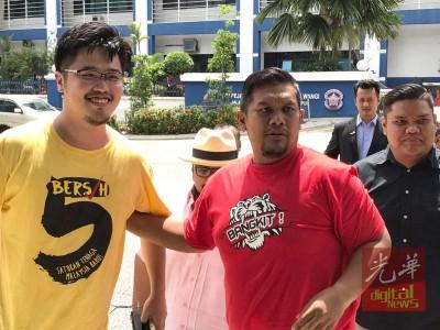 拿督阿曼(中)获释后开心和李存孝(左)拍照。
