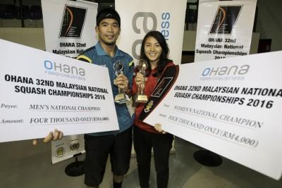 纳菲祖安和德丽雅开心卫冕全国壁球男女冠军,也各自捧走4000令吉奖金。