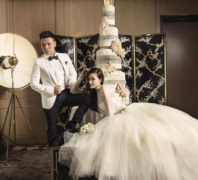 """熊黛林披上""""婚纱女王""""王薇薇设计的礼服拍婚纱照。"""