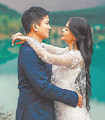 刘香慈和老公在云南玉龙雪山国家公园内的蓝月谷拍唯美婚纱。