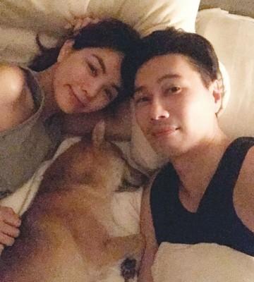 Ella跟爱犬一起睡引起网友讨论。