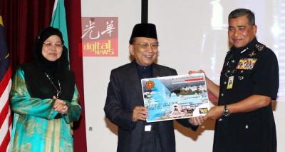 大马国际伊斯兰大学讲课拿督斯里翻开丽哈(左起)、主持人丹斯里莱斯雅丁宣布纪念品给卡立。