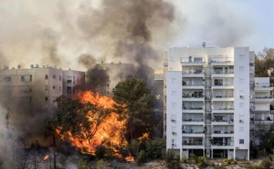 山火直逼海法住宅区。(法新社照片)