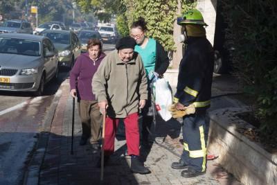 消防员紧急疏散老人住宅区的居民。(法新社照片)