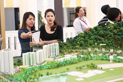 成功置地职员在现场向民众解释发展项目的内容。