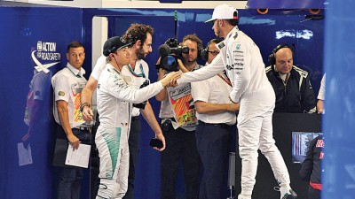 包揽赛季最后一站排位赛前二的汉密尔顿(右)和罗斯博格在排位赛后握手,这对队友即将在周日决出F1年度总冠军归属。